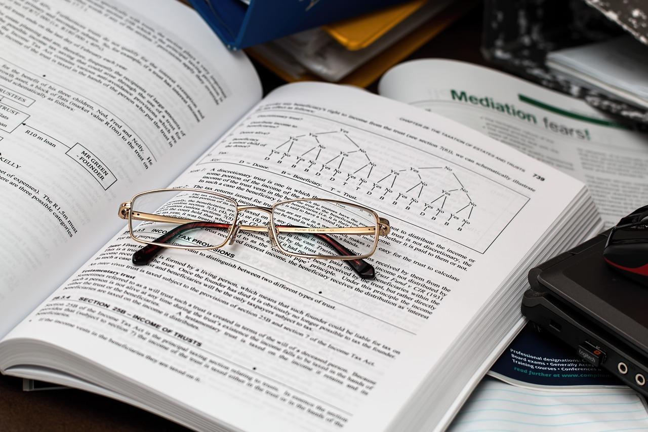 Ha nincs ötleted, hogy milyen szakmai cikket készíts a weboldaladra, akkor vedd elő egy szakkönyvedet és dolgozz át egy népszerű témát mindennapi szóhasználattal.